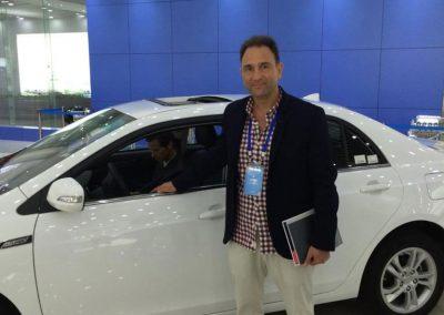 Gustavo Eglez con auto eléctrico BYD en Shangshá China