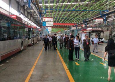 Gustavo Eglez visitando fábrica de buses eléctricos en Hunan China